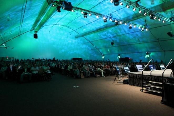 Klimatisierte Riesenzelt für die Magento Imagine Keynotes